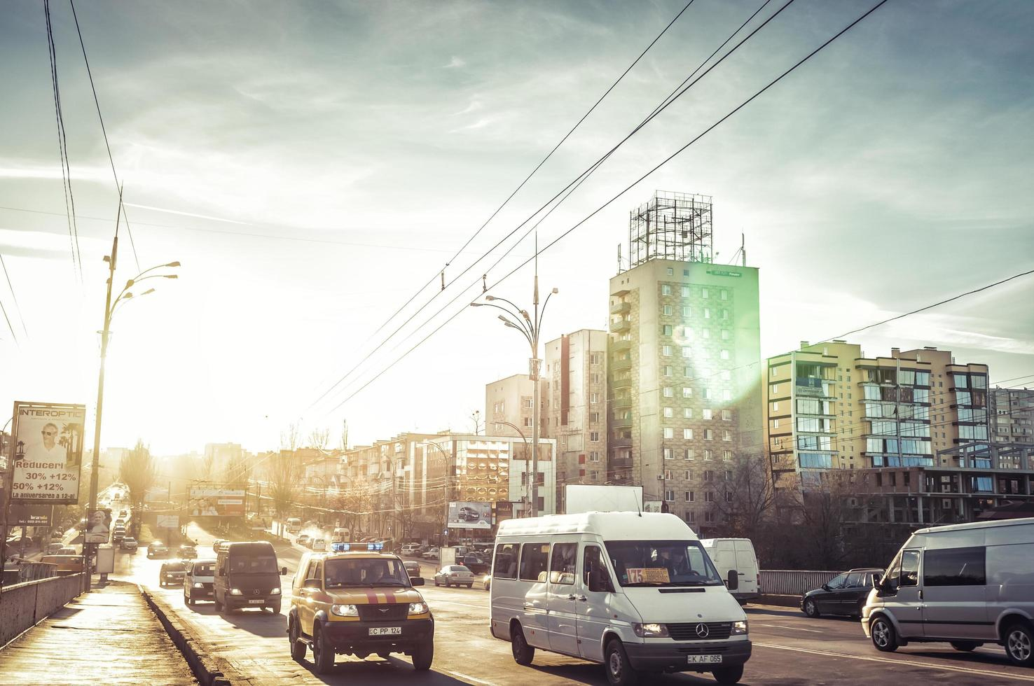 Chisinau, Moldawien 2013 - Verkehr am Abend auf dem Grigore Vieru Boulevard foto