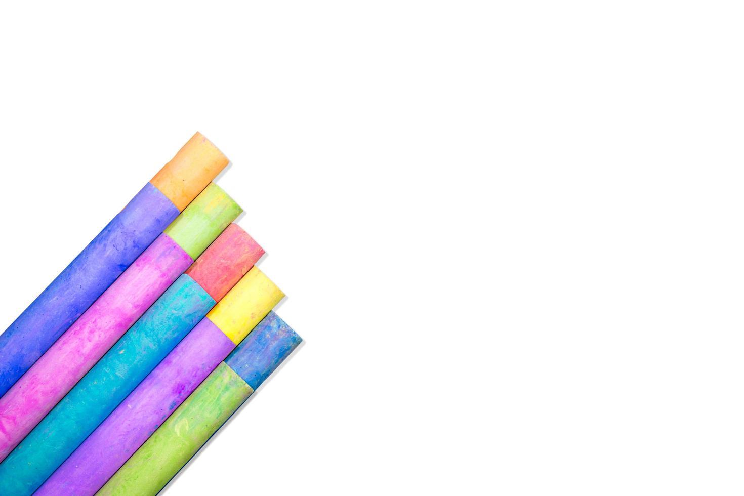 Reihen von regenbogenfarbenem Kreideisolat auf weißem Hintergrund foto