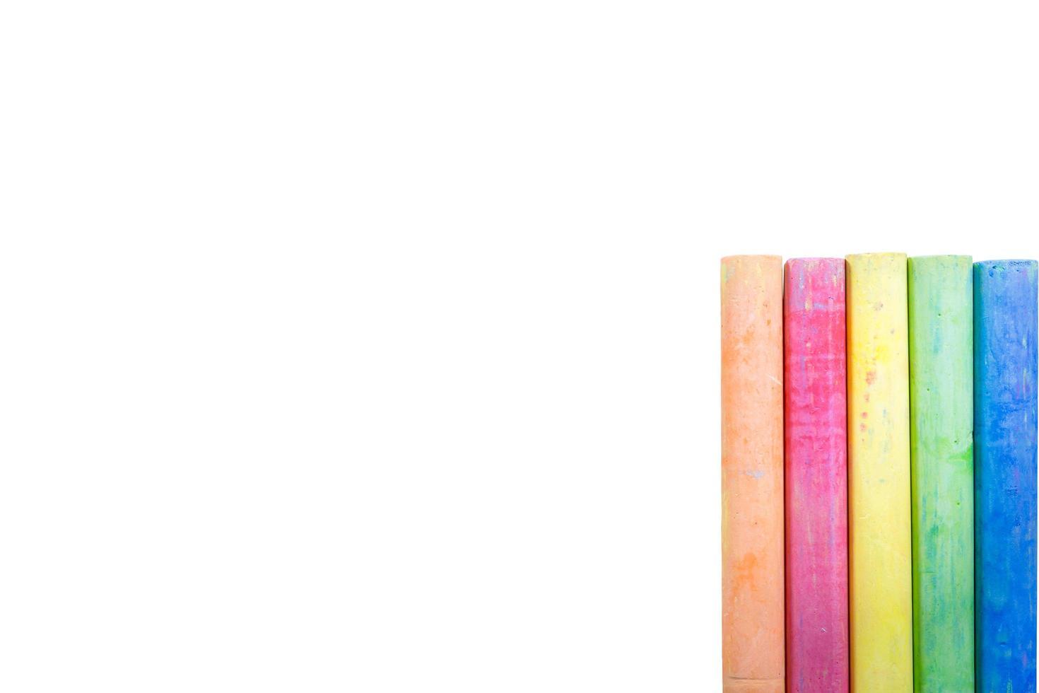 farbiges Kreideisolat auf weißem Hintergrund foto