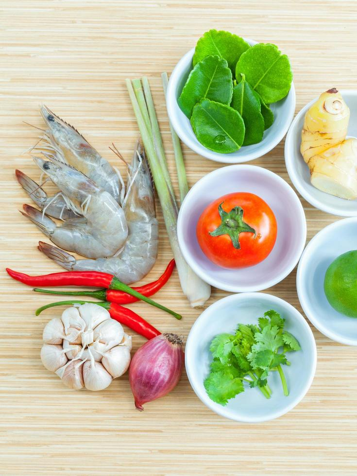 Draufsicht auf Zutaten für Tom Yum Suppe foto