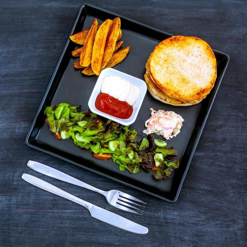 Burger auf einem Teller foto