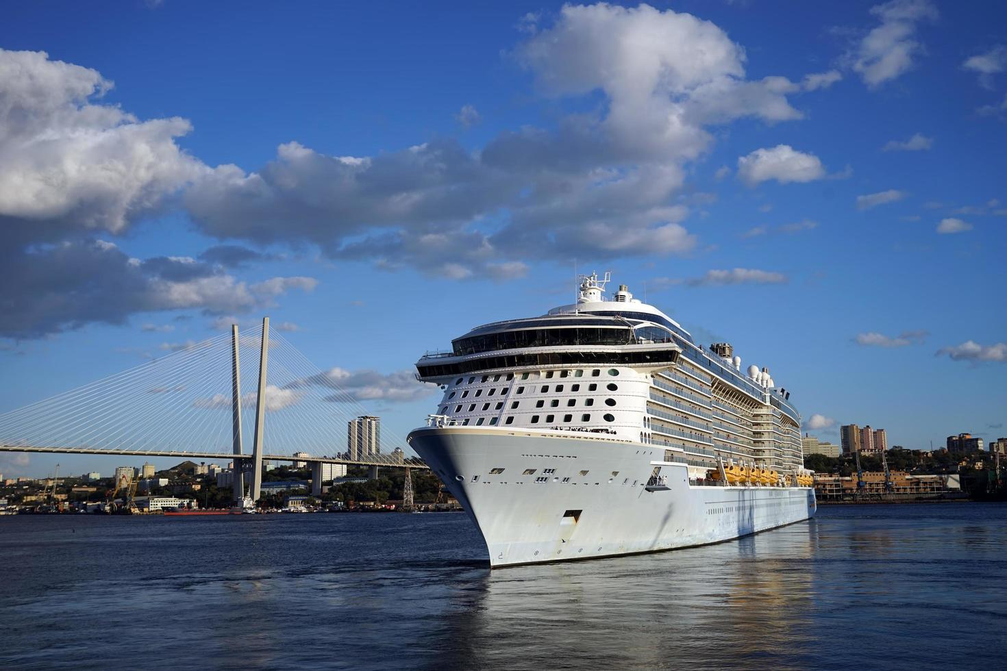 Kreuzfahrtschiff in der Bucht des goldenen Horns mit einem bewölkten blauen Himmel in Wladiwostok, Russland foto