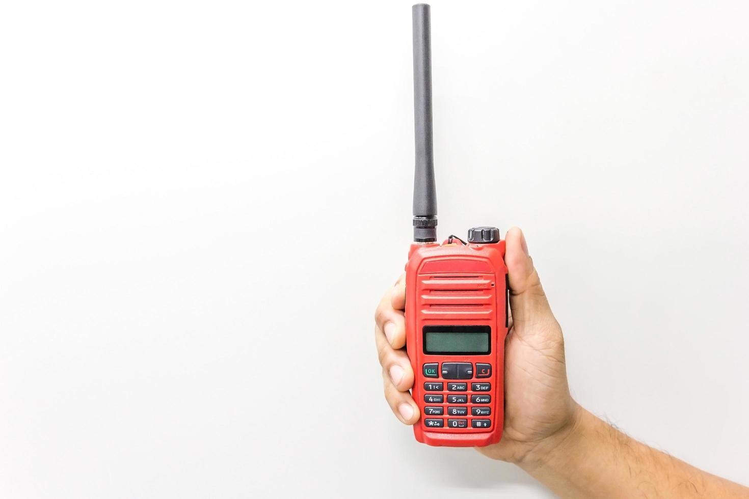 roter Walkie-Talkie-Handheld, lokalisiert auf einem weißen Hintergrund mit Kopienraum und Text foto