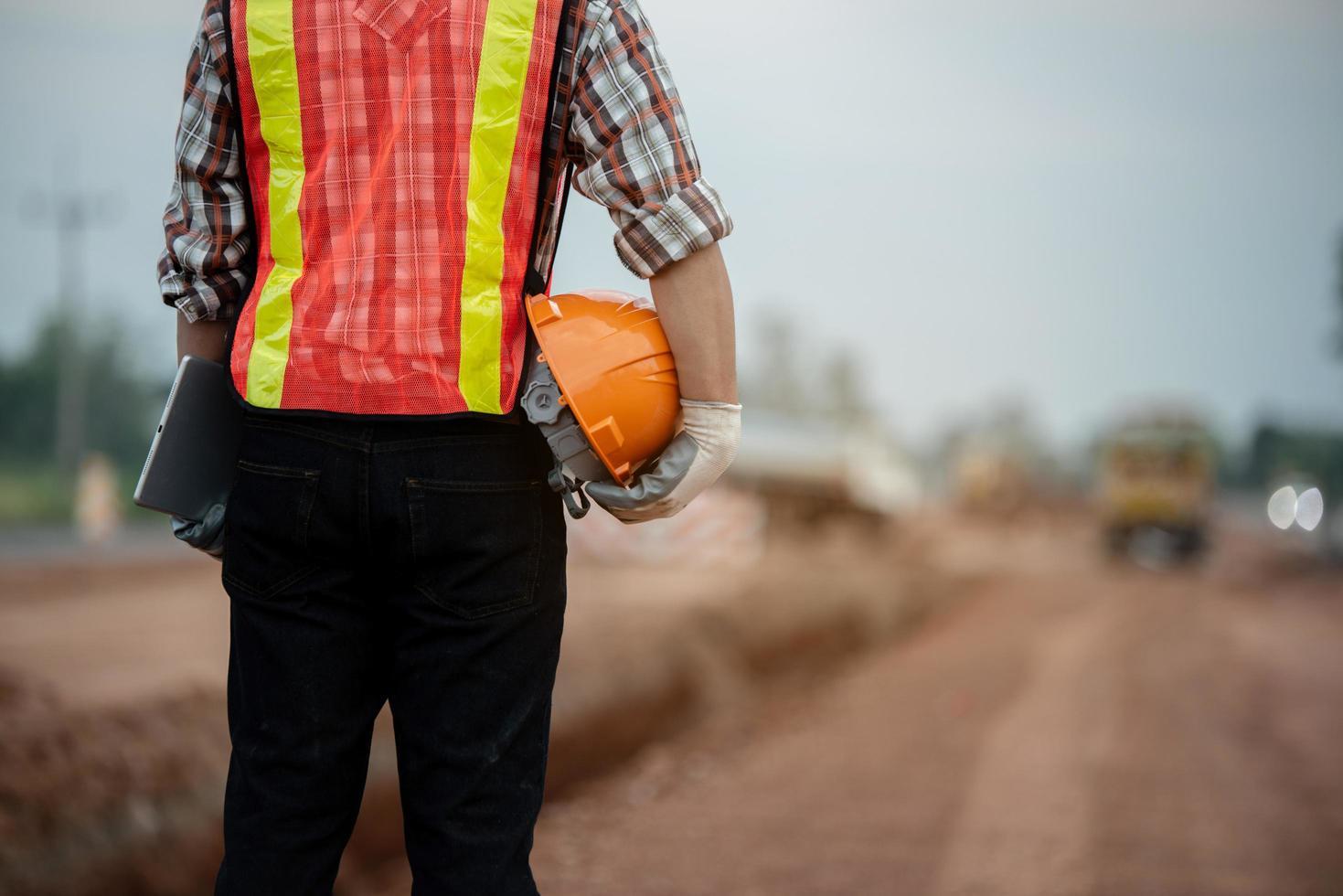 Bauingenieur, der die Arbeiten auf der Baustelle überwacht foto