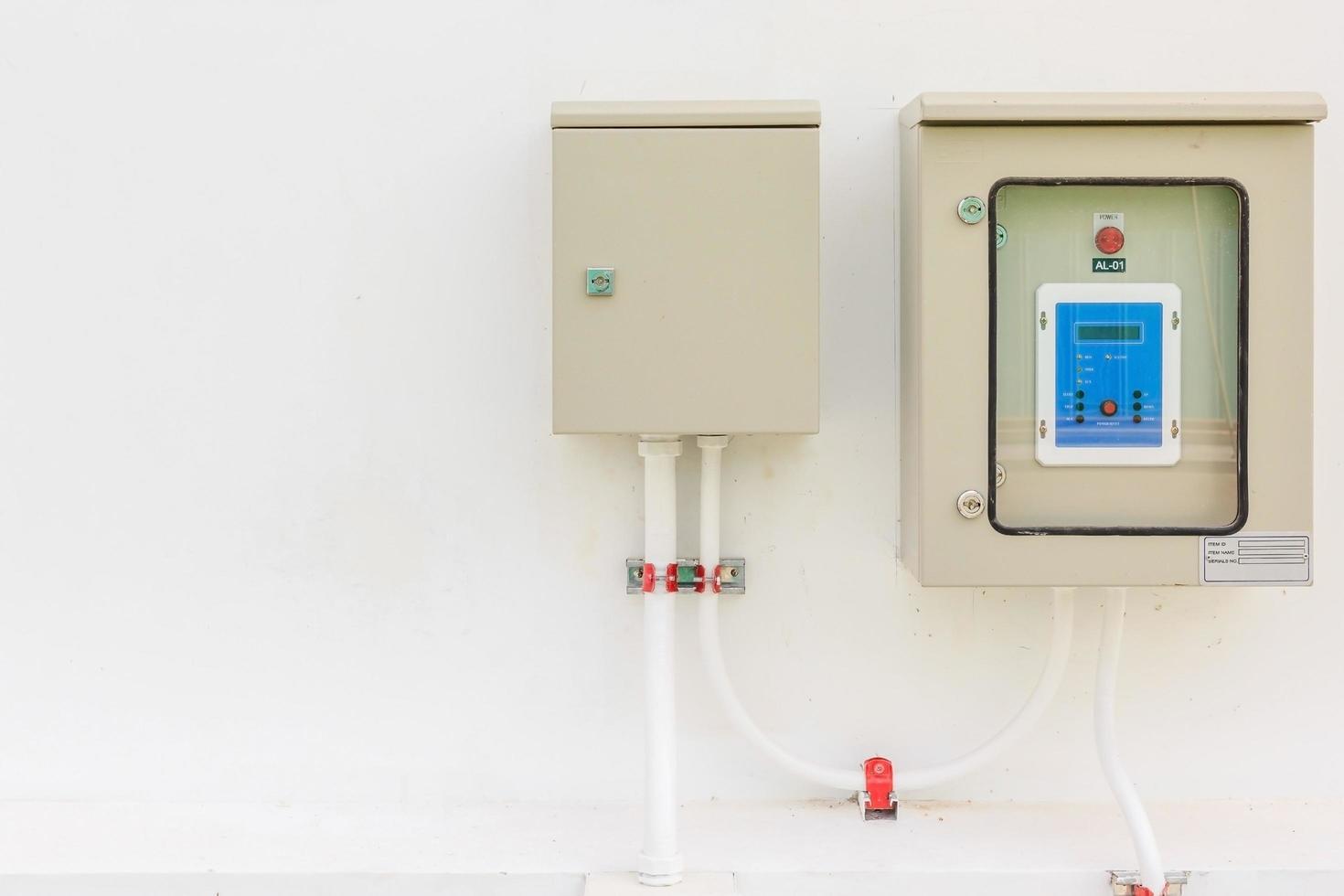 Technische Anzeige auf dem Bedienfeld mit Geräteschrank für elektrische Geräte foto