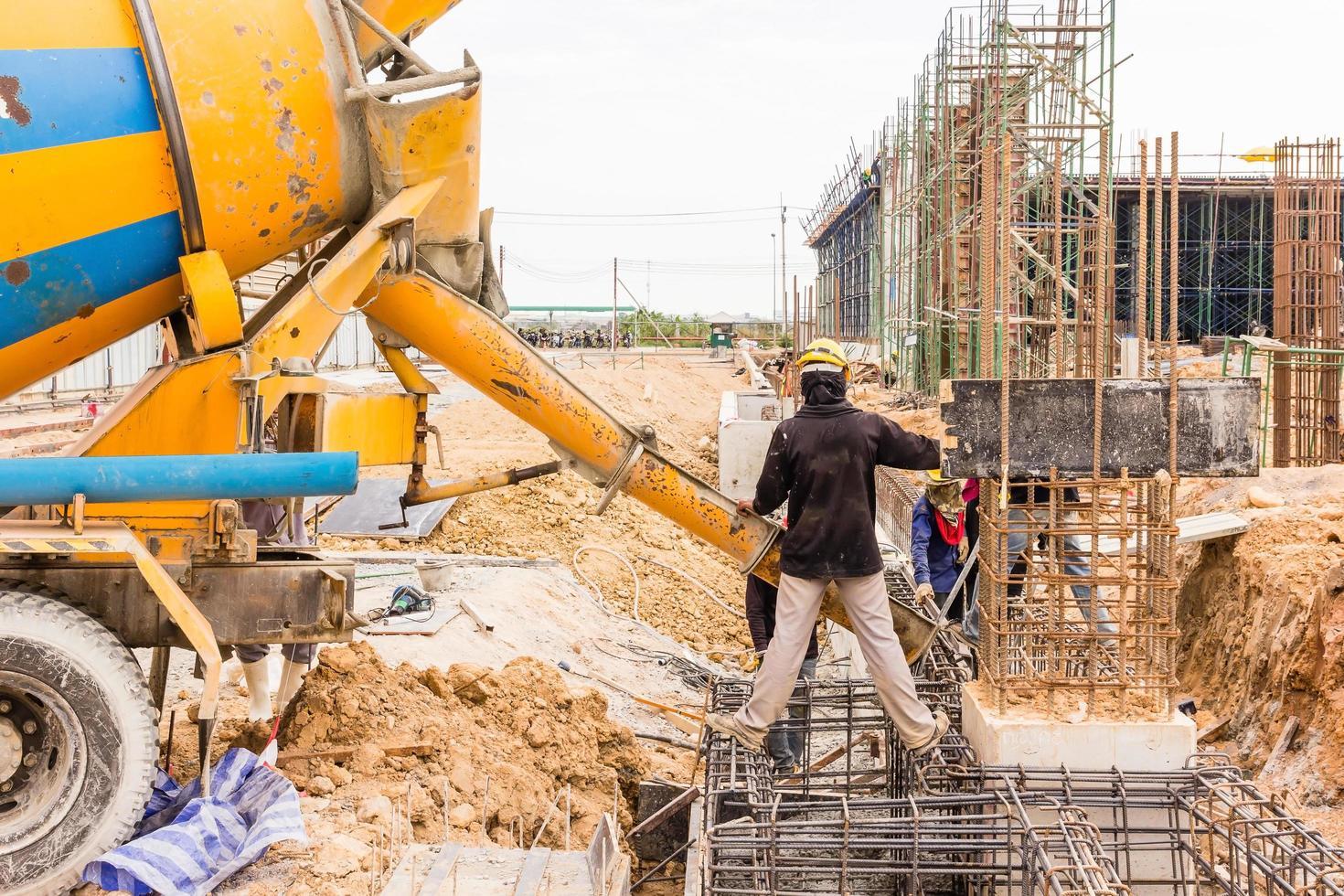 Betonieren während des gewerblichen Betonierens von Gebäuden auf der Baustelle foto