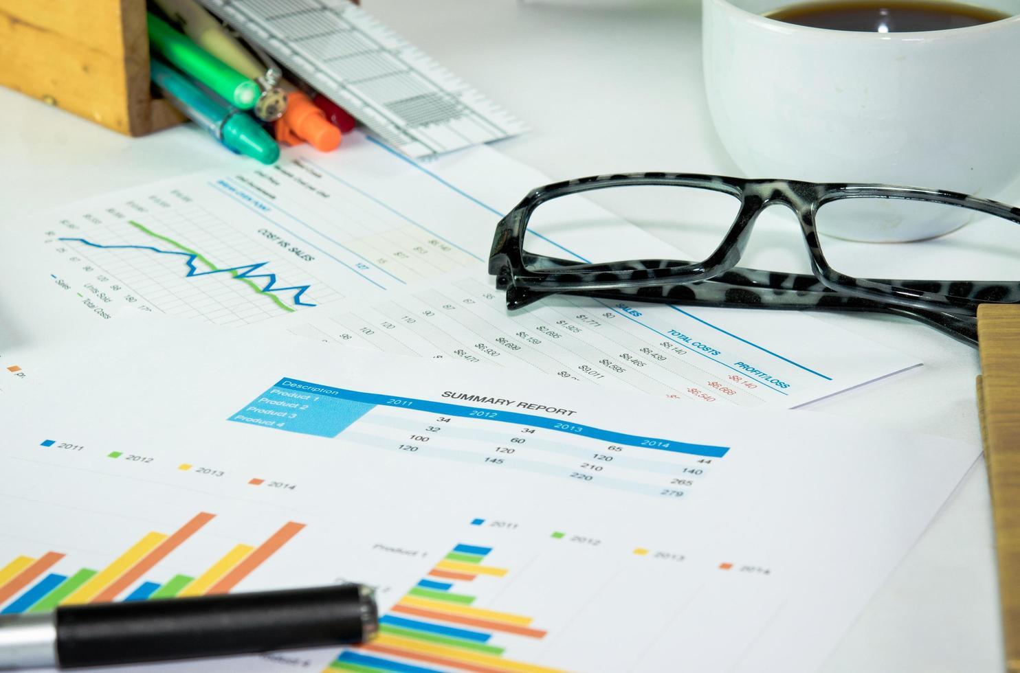 Gläser und Kaffee auf Charts foto