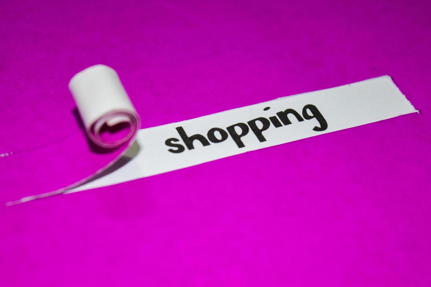 Einkaufstext, Inspiration, Motivation und Geschäftskonzept auf lila zerrissenem Papier foto