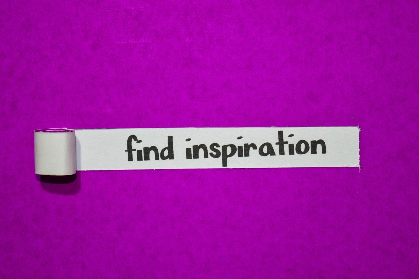 Finden Sie Inspirationstext, Inspiration, Motivation und Geschäftskonzept auf lila zerrissenem Papier foto
