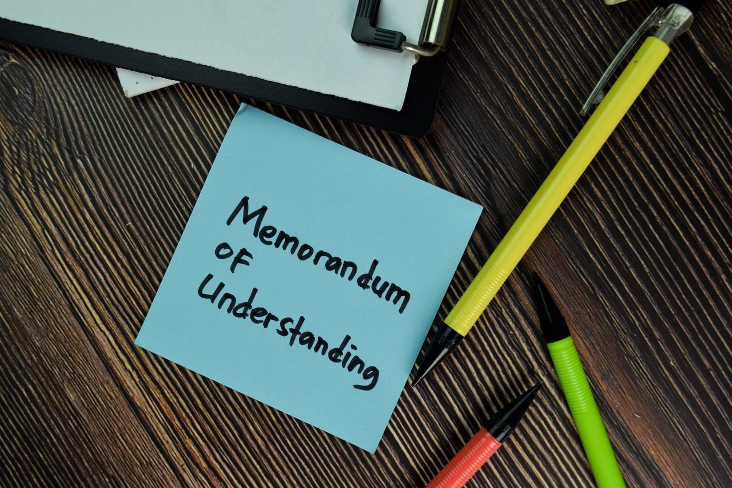 Mou - Memorandum of Understanding geschrieben auf einem Papierkram isoliert auf Holztisch foto
