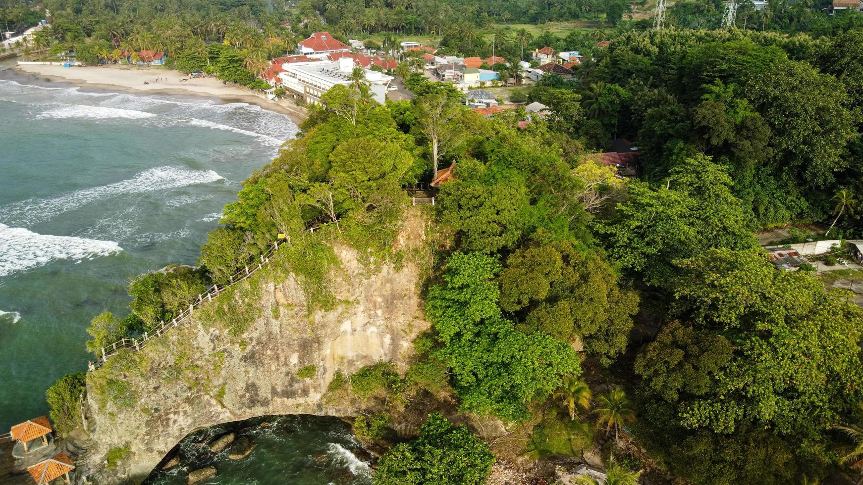 Banten, Indonesien 2021 - Luftaufnahme des Karang Bolong Strandes foto