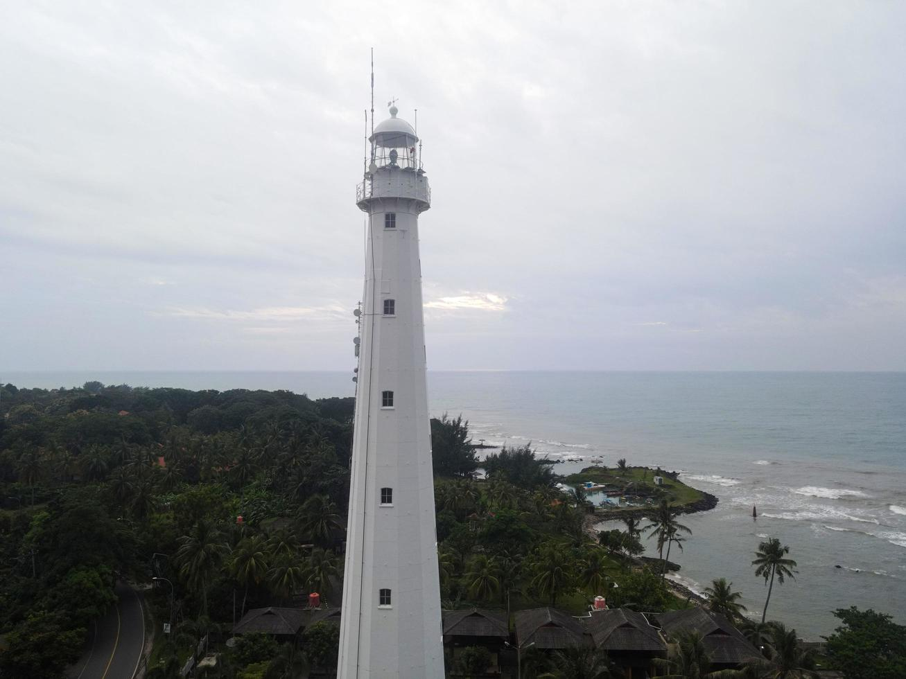 Banten, Indonesien 2021 - Luftaufnahme der Sonnenuntergangslandschaft des Leuchtturm-Seefels foto