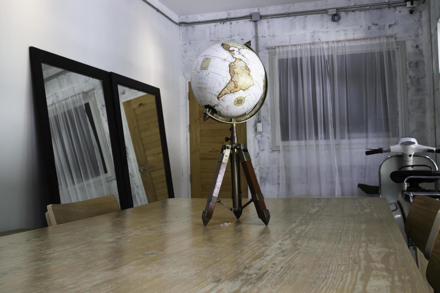 Vintage Globus oben auf dem Tisch foto