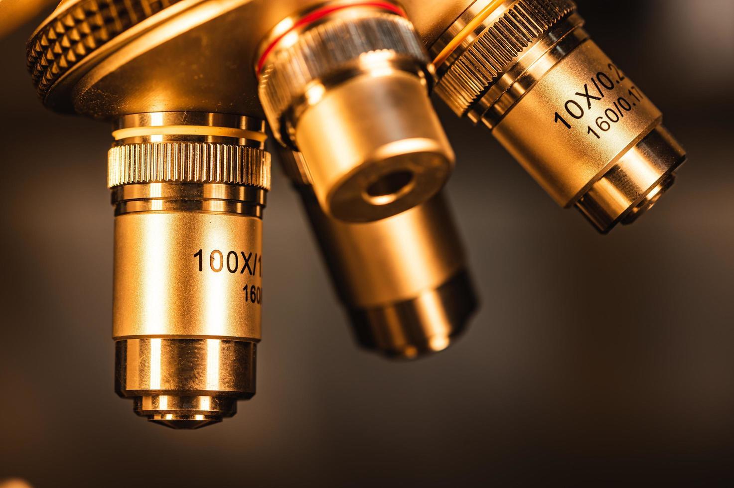 Nahaufnahme eines Metallmikroskops foto