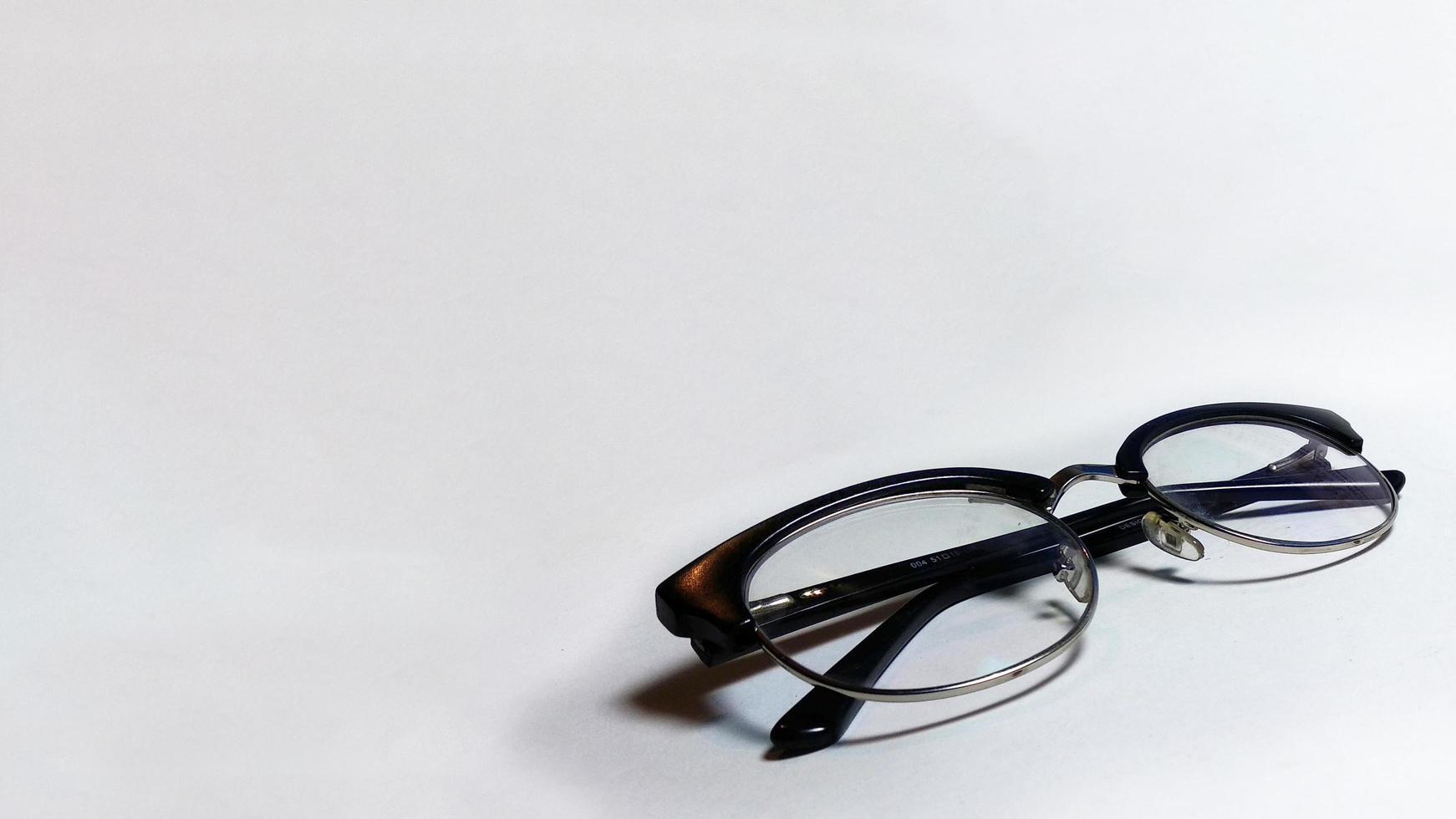 Brillenspezifikationen in Perspektive auf sauberen und isolierten Hintergrund foto