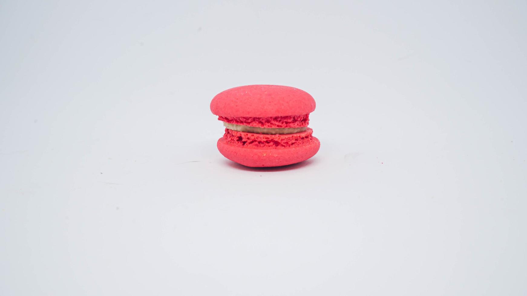 rosa Macaron auf weißem Hintergrund foto