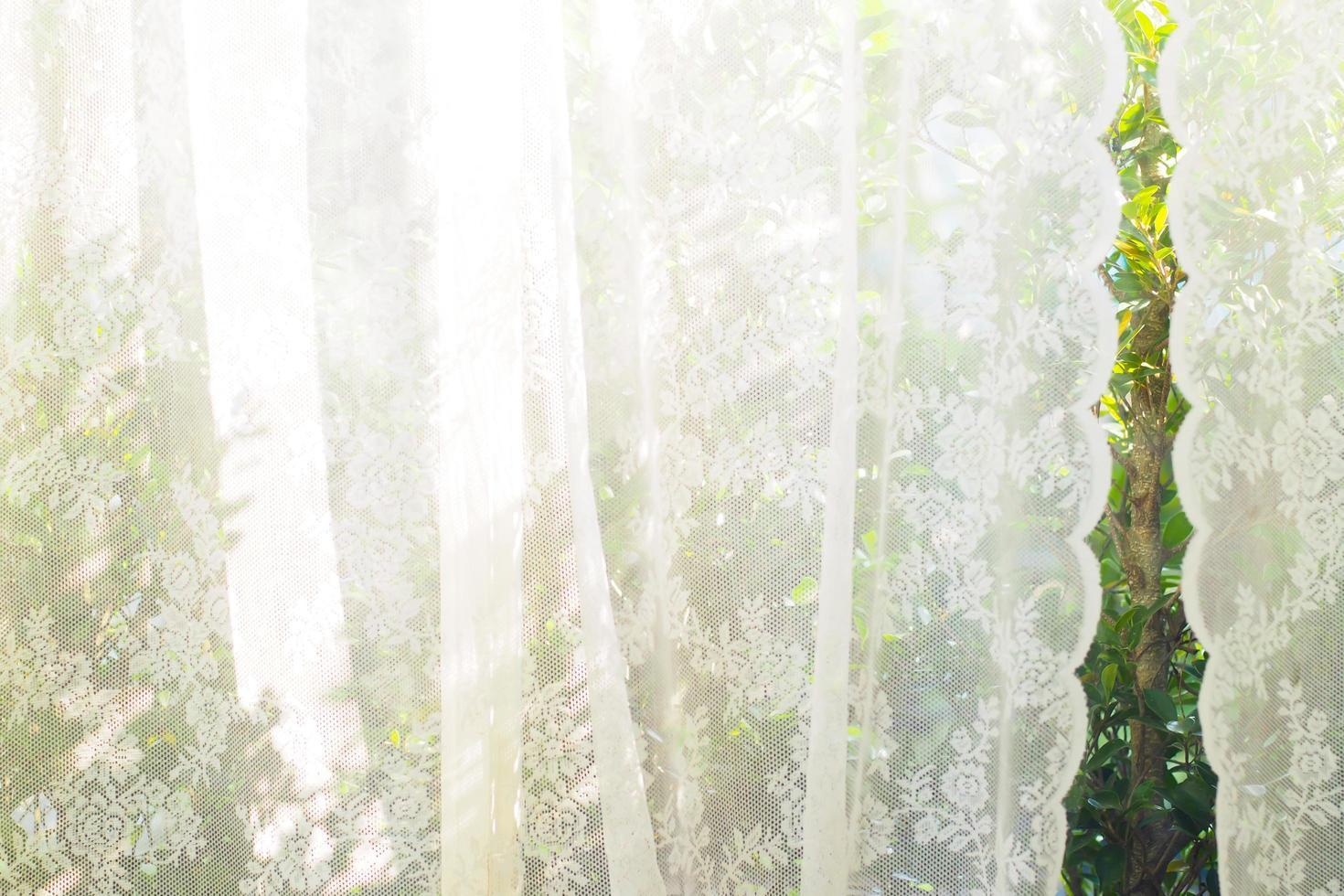 weißer Vorhang mit Fensterblick foto