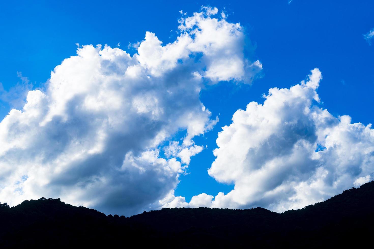 Wolken über Bergen foto
