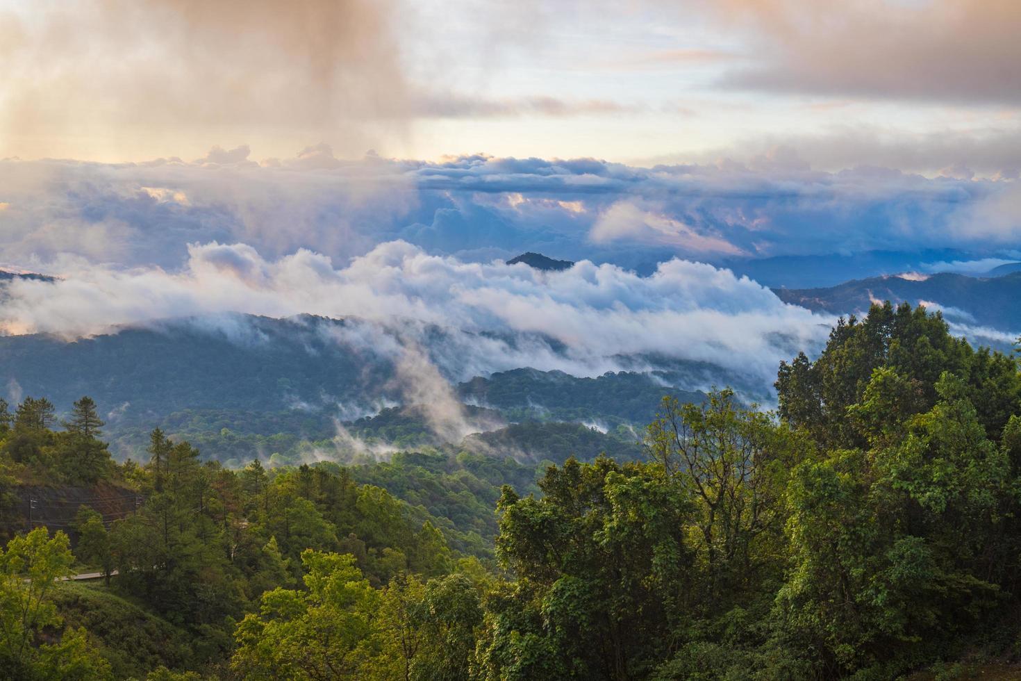 Berge und Nebel bei Susnet foto