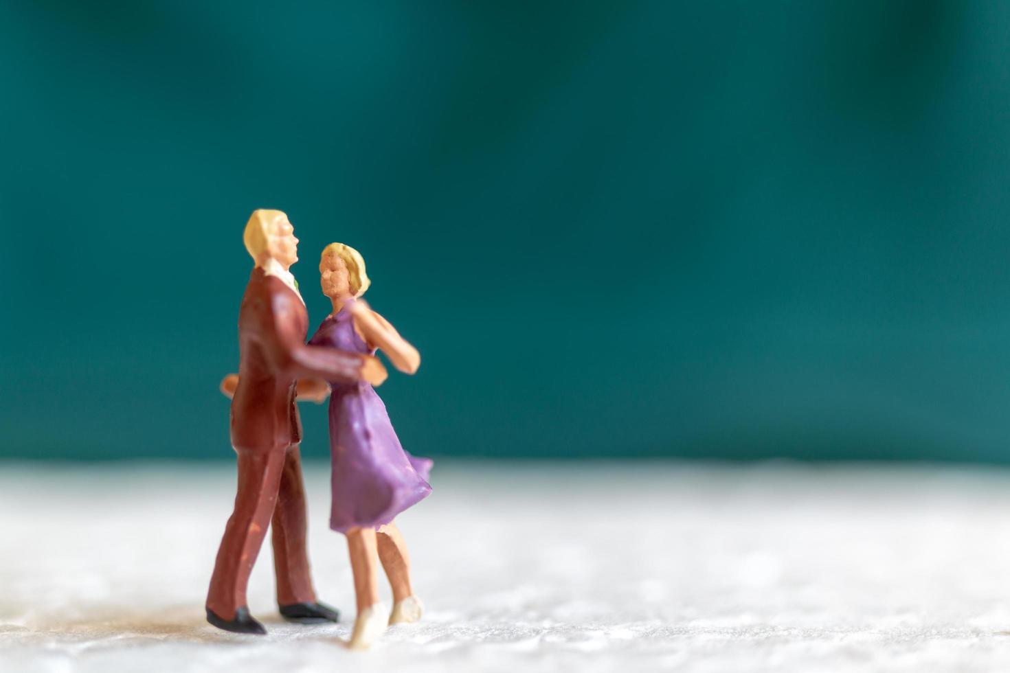 Miniaturpaar tanzt auf einer Etage, Valentinstagskonzept foto