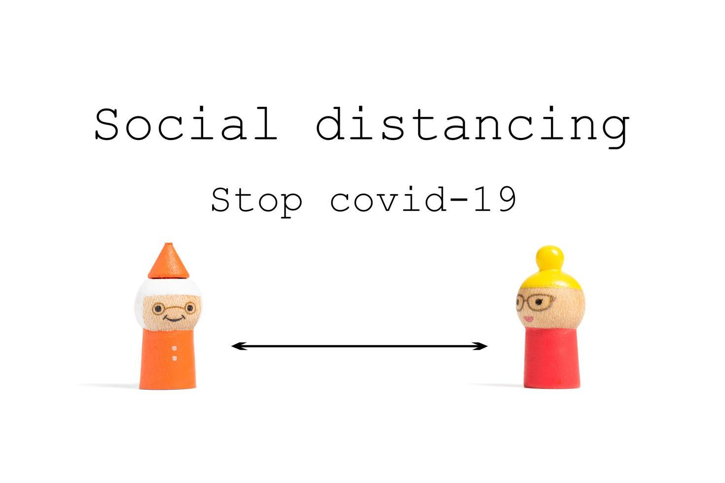 Stoppen Sie Covid-19-Text zur sozialen Distanzierung mit Miniaturmenschen auf weißem Hintergrund, Konzept zur sozialen Distanzierung foto