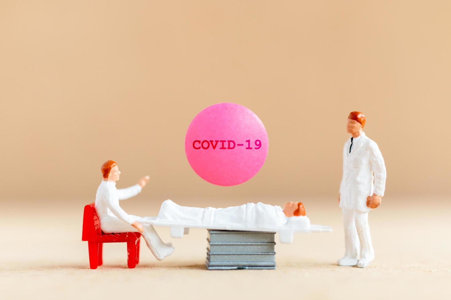 Miniaturarzt, der einen Coronavirus-Impfstoff erforscht und entwickelt, ein Medikament, um das Konzept des Covid-19-Ausbruchs zu stoppen foto