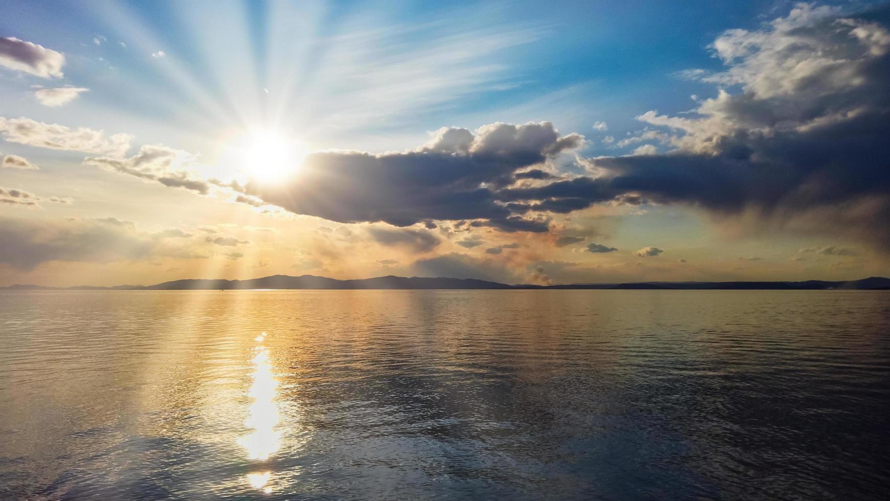 Seelandschaft mit buntem bewölktem Himmel über einem Gewässer foto
