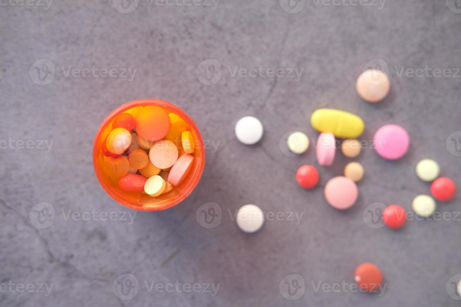 Nahaufnahme von vielen bunten Pillen und Kapseln foto