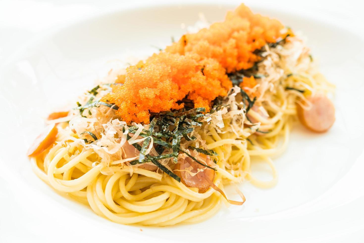 Spaghetti mit Wurst, Garnelenei, Seetang, trockenem Tintenfisch foto