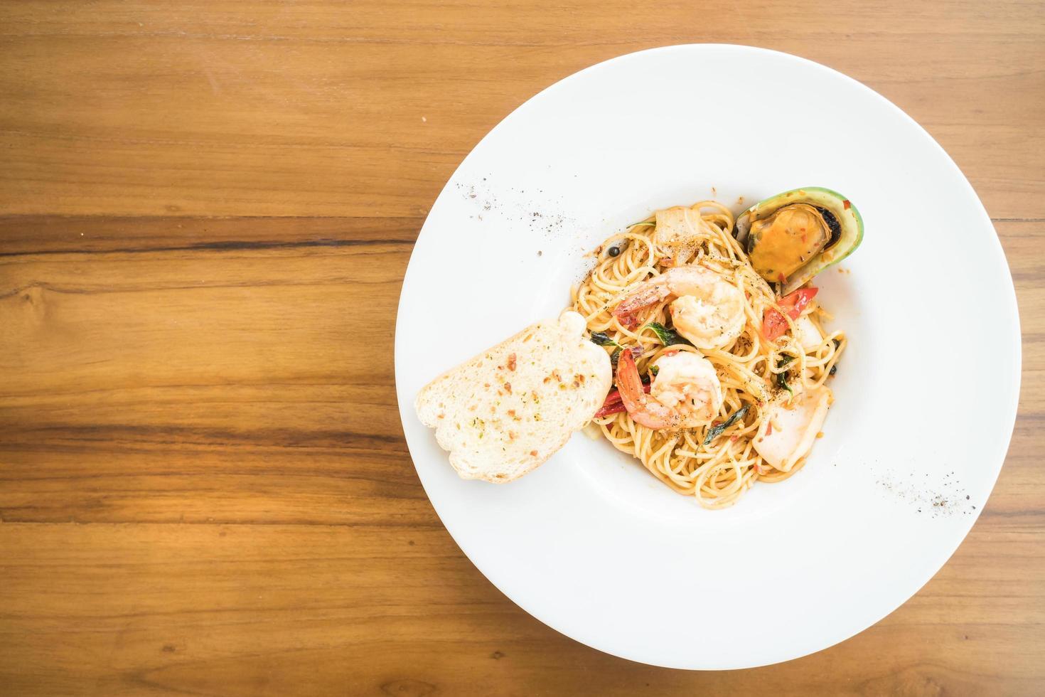Spaghetti-Meeresfrüchte in weißer Platte foto