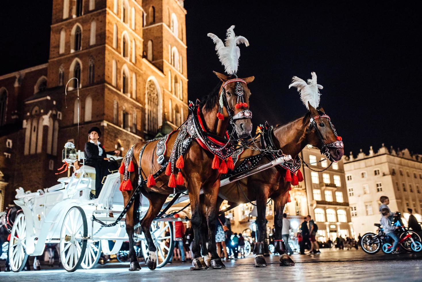 krakow, poland 2017 - der alte platz der nacht in krakow mit pferdekutschen foto