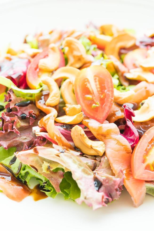 Tomaten-Gemüse-Salat mit geräuchertem Lachsfleisch foto
