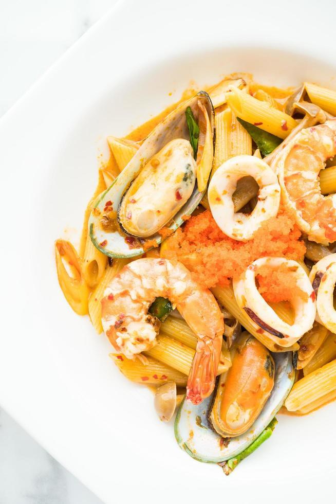 Penne Meeresfrüchte Tom Yum Pasta foto