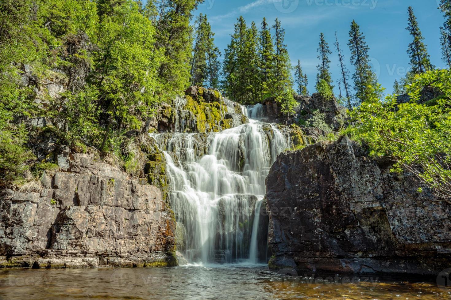 schöner Wasserfall in Nordschweden foto