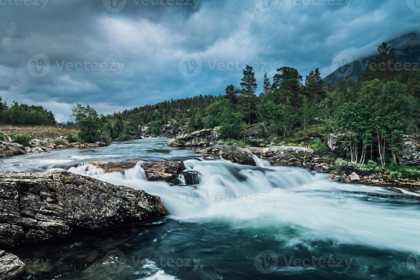 Fluss in Norwegen mit frischem türkisfarbenem Wasser spülen foto