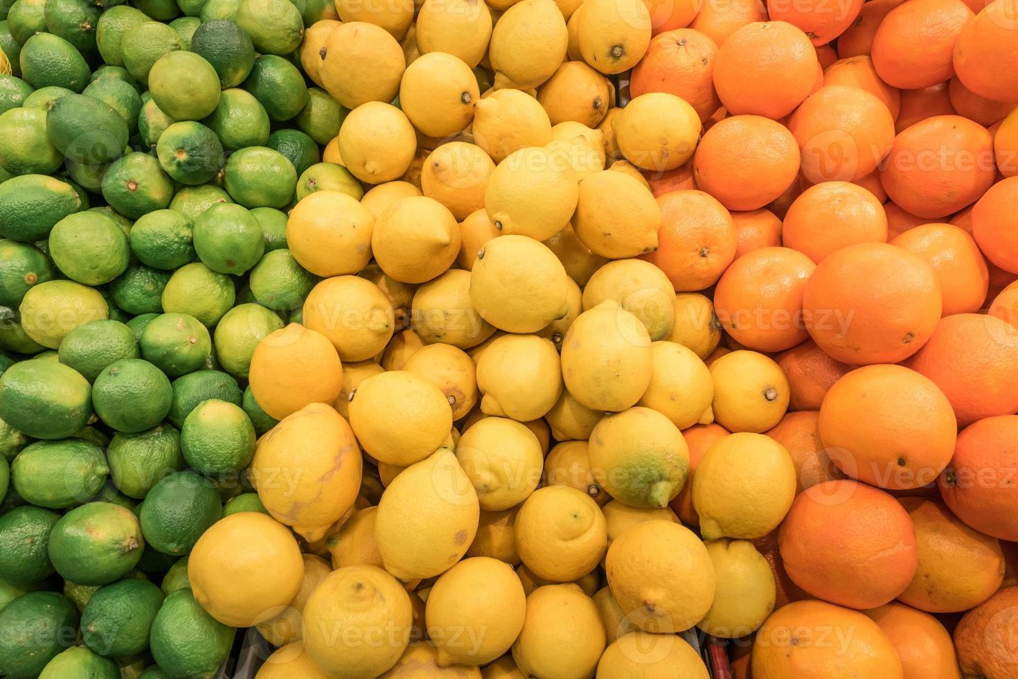 Zähler von gestapelten frischen Zitrusfrüchten foto