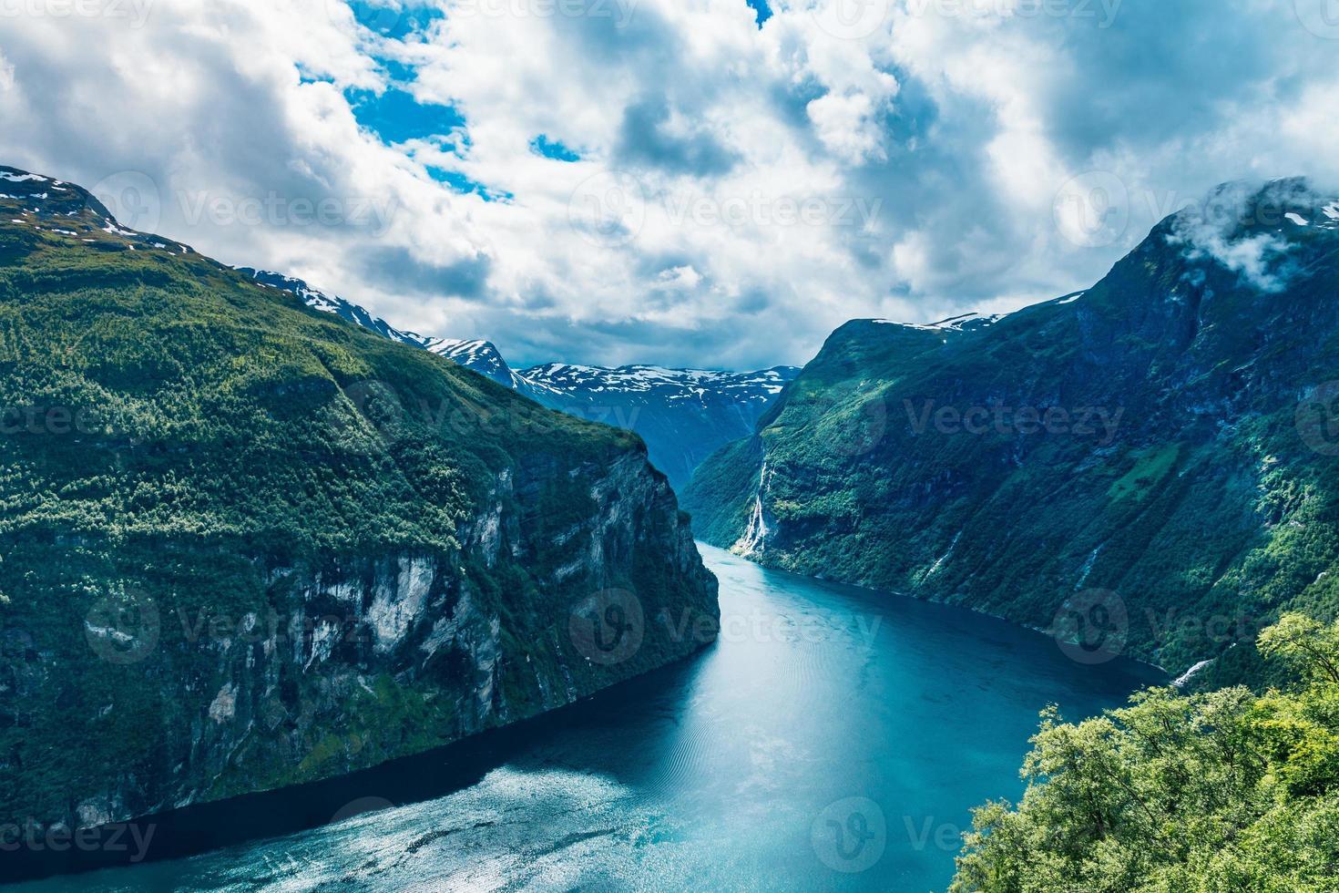 Sommeransicht des Geirangerfjord-Einlasses foto