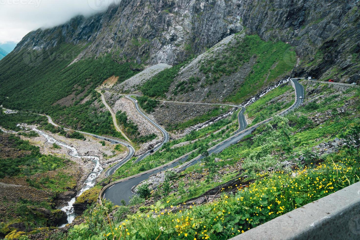Luftaufnahme vom berühmten Trollweg in Norwegen foto