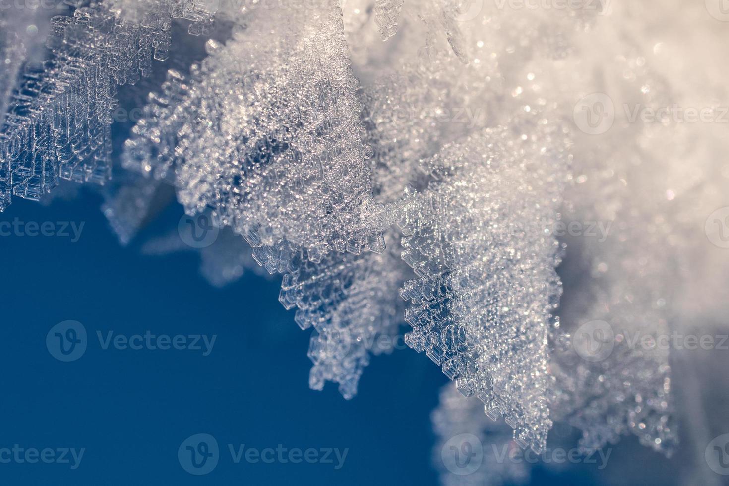 Nahaufnahme von Eiskristallen gegen einen blauen Himmel foto