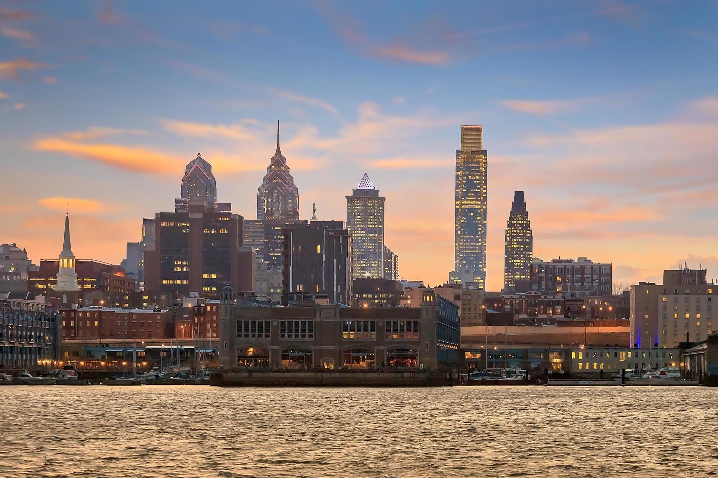 Philadelphia Skyline und Penn Landung in der Dämmerung foto