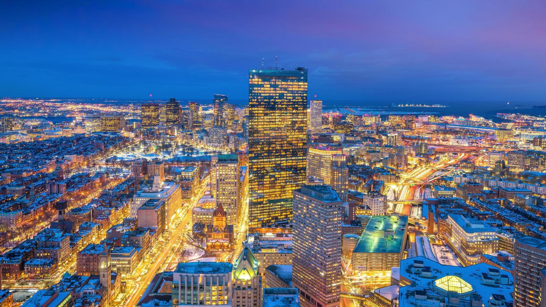 Luftaufnahme von Boston in Massachusetts, USA bei Nacht foto
