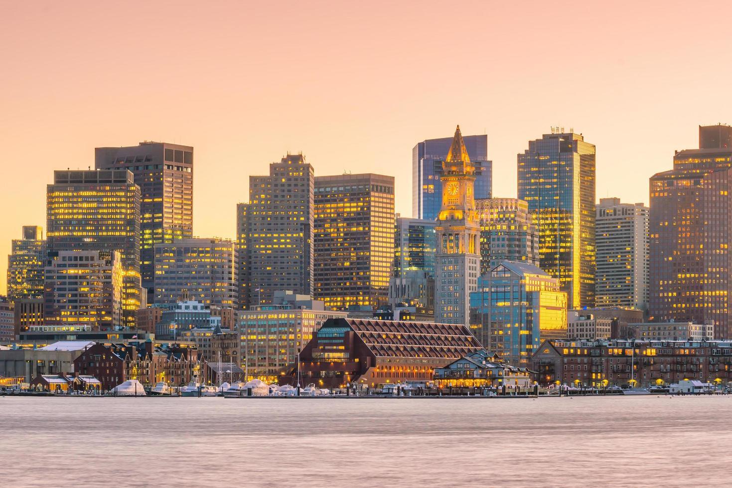 Panoramablick auf die Skyline von Boston mit Wolkenkratzern in der Dämmerung in den Vereinigten Staaten foto
