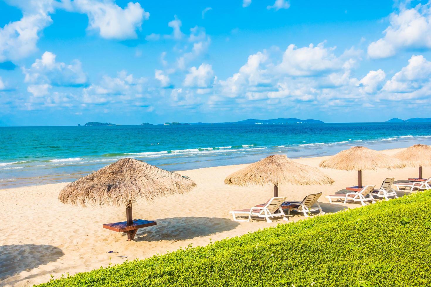 Sonnenschirm und Stuhl am Strand foto