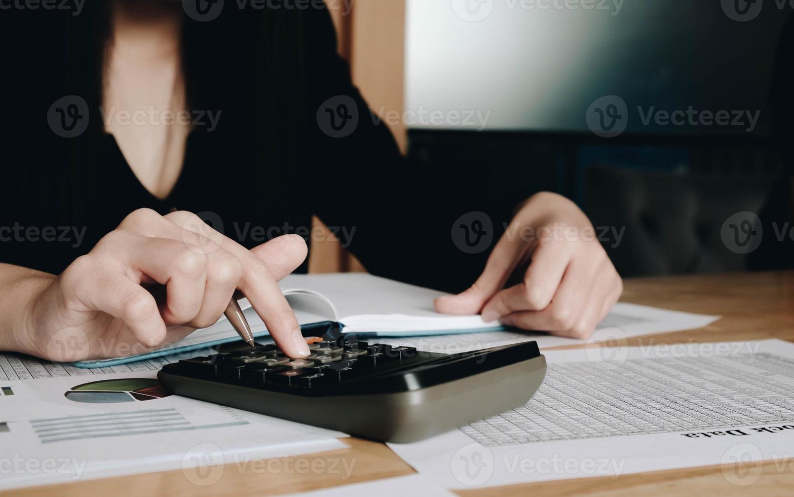 Frau mit einem schwarzen Taschenrechner foto