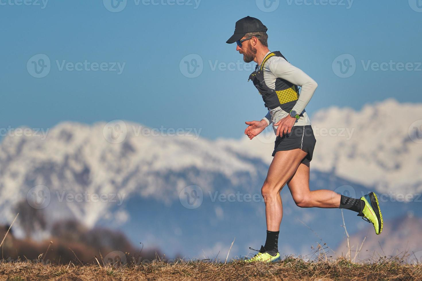 Mann läuft auf einem Berg foto