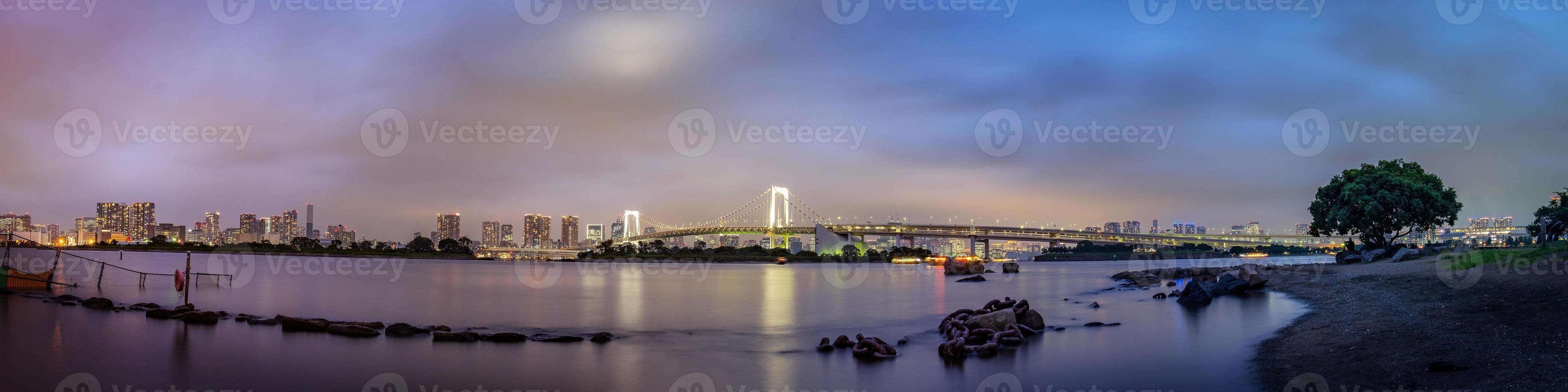 Panoramablick auf die Skyline von Tokio am Abend foto