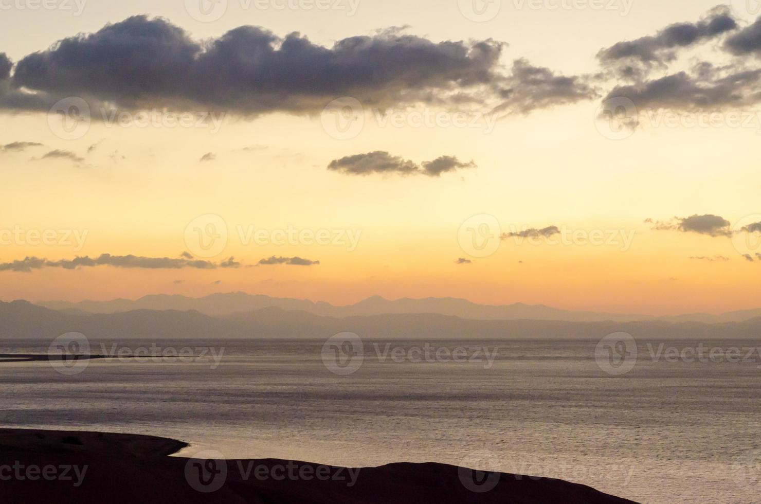 weicher gedämpfter Sonnenuntergang foto