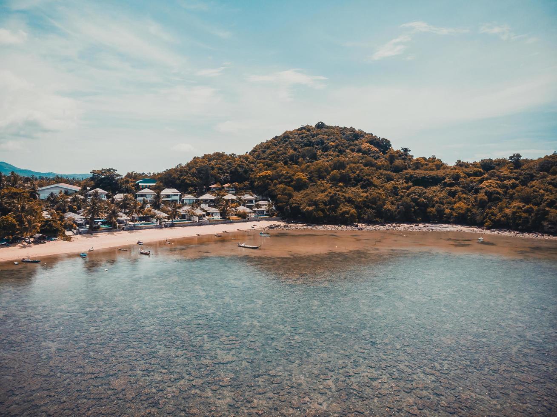 Luftaufnahme eines tropischen Strandes auf Koh Samui Island, Thailand foto