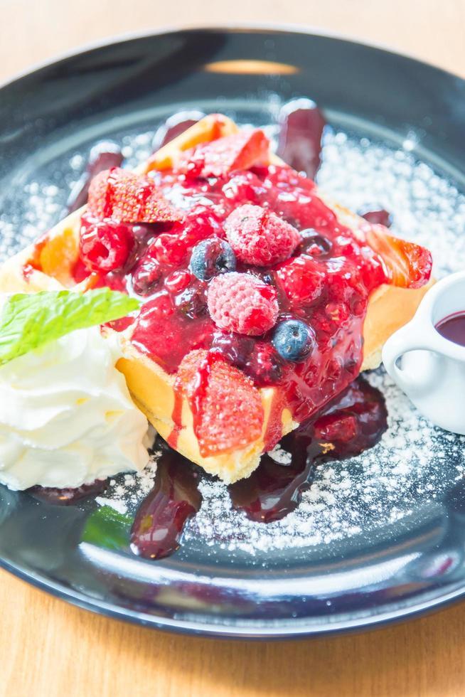 Erdbeere und Beere auf Waffel mischen foto