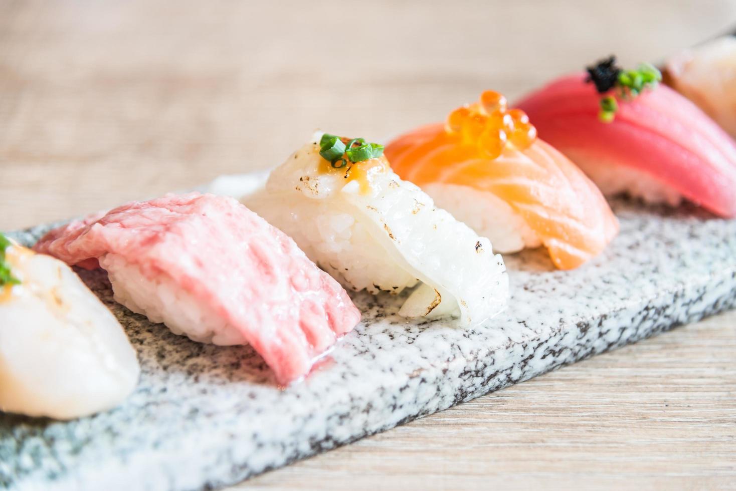 Selektiver Fokuspunkt auf Sushi-Rolle foto